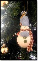 Lightbulb Snowman Ornament . . . making these little ornies is really fun . . . many possibilities . . . time to pull out the primed bulbs :)