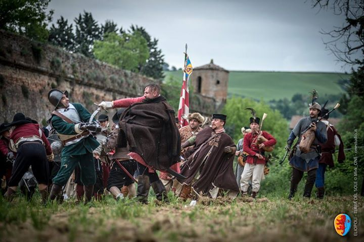 ELIOPOLI Un momento della simulazione di battaglia sotto la cortina del Bastione di Sant'Andrea © Mirk_One Studio