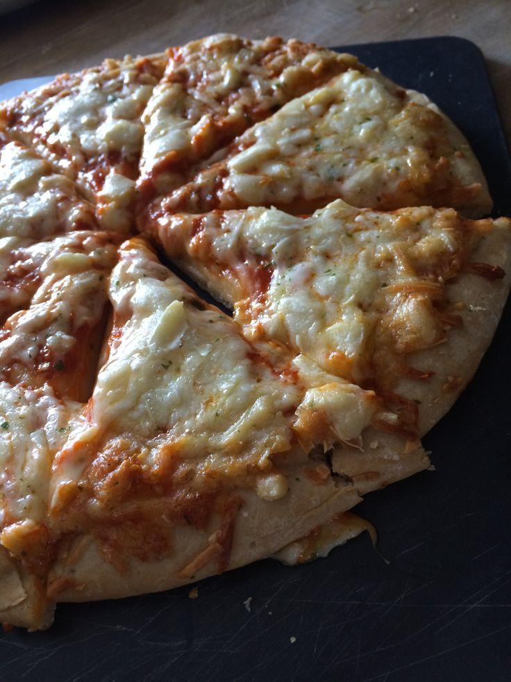 Pizza Crousti Moelleuse Originale 3 Fromages, Marie, 390 g :  – Pâte moelleuse et agréable  – Fromage bien présent mais goût neutre  – bonne digestion  – Ne cale pas du tout, trop juste.  960 Kcal pour la pizza entière