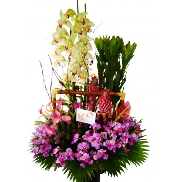 Arreglo compuesto por:        1 Vara de Orquideas Cimbidium de 12 flores      18 Varas de Orquideas Hawayanas      10 Kalas y/o Cartuchos      2 Piñas decorativas      Base en Bambu