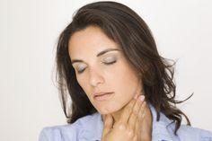 Comment soulager la douleur d'une angine ?  Il est possible de soigner naturellement une angine virale avec les remèdes de grand-mère. Le gargarisme au citron et au miel calme et apaise la gorge douloureuse grâce à ses propriétés antivirales