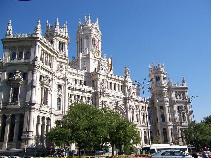 Monumentalidad: Se refiere al significado directo del edificio. Se le da una proporcion mayor a la estructura para provocar un impacto al espectador.