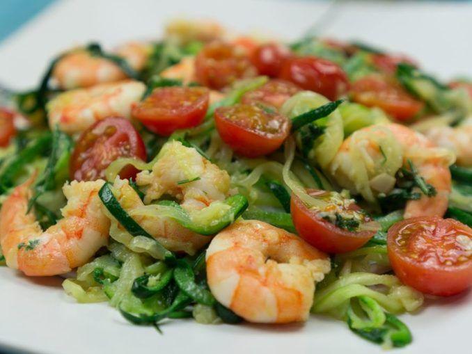 espaguetis de calabacín  Ingredientes (Receta para 2 personas):  2 Calabacines 2 Ajos 200 Gr. de Gambas peladas 1 Cucharada de aceite de oliva Ramillete de perejil Tomates cherry al gusto Queso parmesano (opcional)