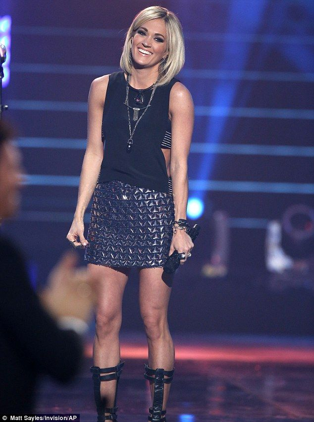 Carrie Underwood: American Idol Season 15 finale | Outfit change: Carrie switched into another sexy outfit for her duet with Keith