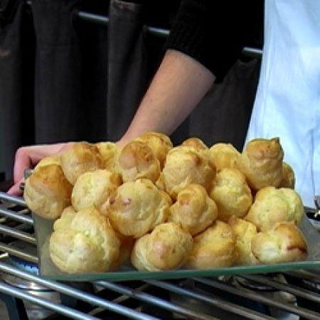 Recette pâte à choux par La : Très facile à réaliser, cette recette vous permettra de faire des choux à la crème, des éclairs au chocolat et autres paris-brest..Ingrédients : oeuf, chou, beurre, farine: