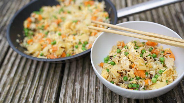 Gebratener Reis mit Gemüse - Fried rice - Gesundes asiatisches Gericht - Nur 12 Minuten & unter 5€   Zutaten: 5 g Knoblauch 60 g Zwiebeln 2 Eier 2 Karotten 100 g Erbsen (tiefgefroren) 250 g Express-Reis**: http://amzn.to/2dgx4ok 30 ml Wasser 80 g Ananas 20 g Sojasoße (hell)**: http://amzn.to/2dP5gWK 1 EL Kokosfett ►