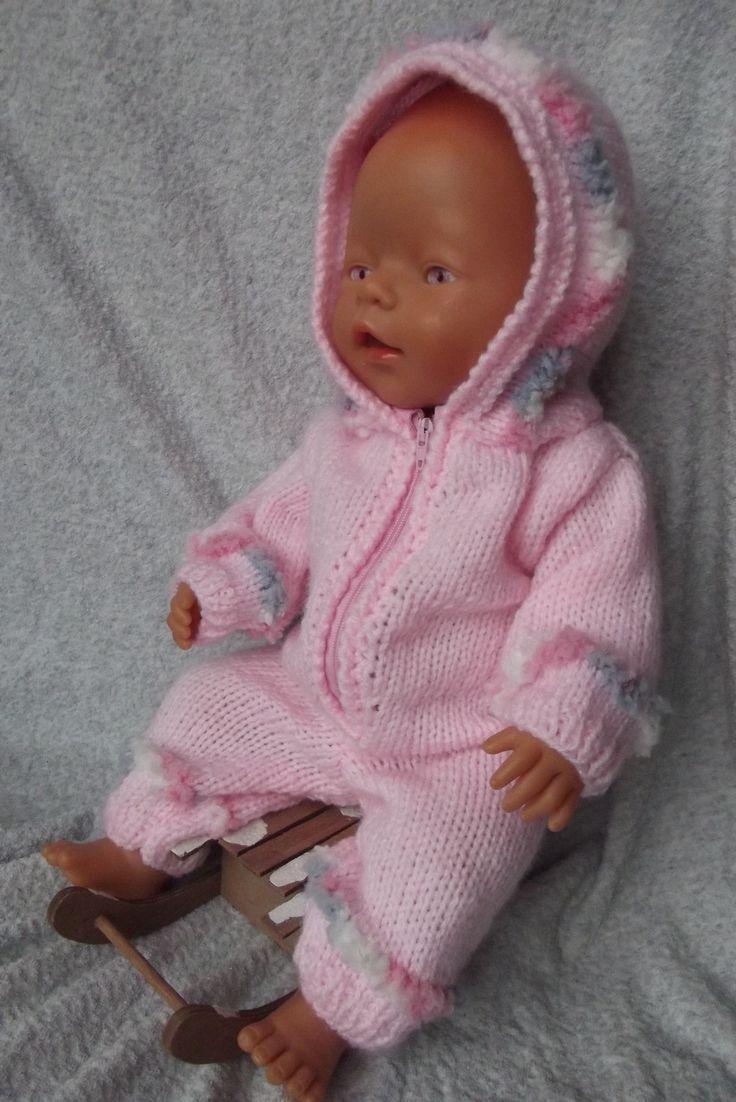 Pletená kombinéza pro panenku Teploučká kombinéza pro panenku je ideální pro zimní čas. Je volnější, takže panenku můžete obléknout do spodní vrstvy prádla, čepičky apod. Obléká se jednoduše, díky zipu je to snadné. Vhodné pro panenku Baby Born a podobná miminka (cca 43 cm). Doporučuji prát obleček v ruce.