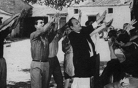 Η μούτζα ή μούντζα ή φασκέλωμα είναι από τις αγαπημένες δραστηριότητες και τρόπους έκφρασης των Ελλήνων παιδιόθεν. Και ο παλιός Ελληνικός κινηματογράφος, αποτύπωνε τα καλύτερα και τα χειρότερα όλων μας
