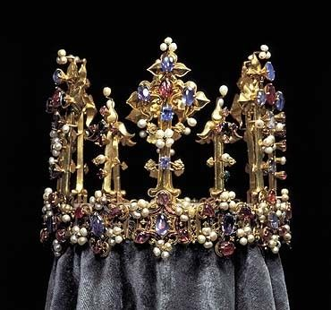 This crown probably belonged to King Edward III or Anne of Bohemia, the wife of King Richard II, who was deposed that year by Henry IV. Henry's daughter, Princess Blanche, married the Palatine Elector Ludwig III in 1402 & the crown passed to the Palatine Treasury in Heidelberg as part of her dowry. In 1782 it was transferred to the Munich Treasury along w/ other jewels belonging to the Palatine branch of the Wittelsbach family. This is the oldest surviving crown of England.