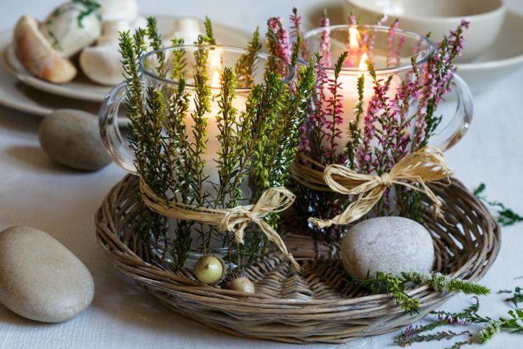 Usušte si vřes neobvyklým způsobem. Vytvořte z něj aranžmá na romantický svícen. Budete k tomu potřebovat větší sklenice nebo skleněné hrnky a svíčku. Stačí malé čajovky nebo si pořiďte klasickou svíčku, která má základnu stejného průměru, jako váš hrneček. Protože ho budou rostlinky dekorovat zvenčí, nemusíte se bát, že svícen nebude bezpečný.
