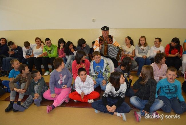 Anton Budinský prezentuje slovenský folklór, zahrá aj exotické skladby - Základné školy - SkolskyServis.TERAZ.sk