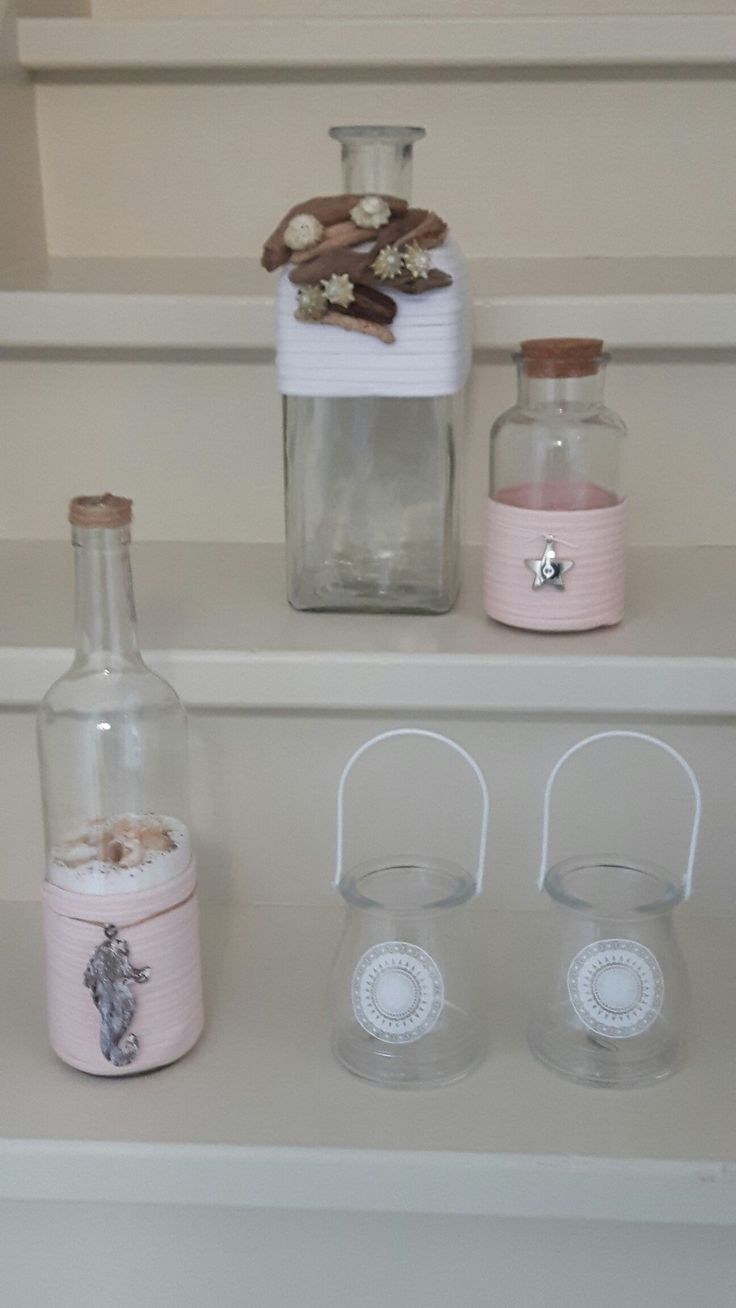 Decoratieve vaas met wit touw en drijfhout met schelpen Fles met roze touw en schelpenzand en metalen zeepaardje  Riverdale windlicht jes wit  Glazen potje met stop met roze touw en zilverkleurige ster