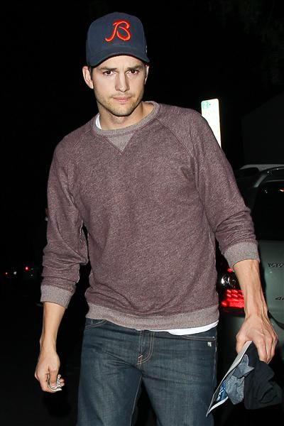 Ashton Kutcher returns to his car after having dinner with girlfriend Mila Kunis in Los Angeles on Jan. 22, 2014.