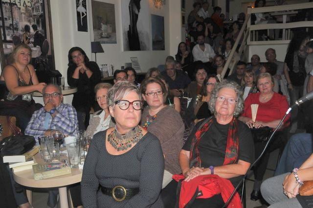 Στιγμιότυπο από την εκδήλωση της Τέσυς Μπάιλας στο βιβλιοκαφέ Έναστρον για την παρουσίαση του βιβλίου της ΤΟ ΜΥΣΤΙΚΟ ΗΤΑΝ Η ΖΑΧΑΡΗ.  Αγαπημένοι συγγραφείς: Κώστια Κοντολέων, Μάνος Κοντολέων, Λότη Πέτροβιτς-Ανδρουτσοπούλου, Μάρω Κερασιώτη