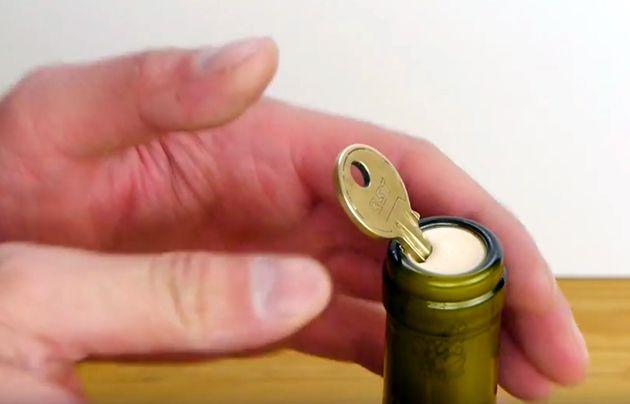 Trick 17: Wie man eine Weinflasche mit einem Schlüssel öffnet (Video)