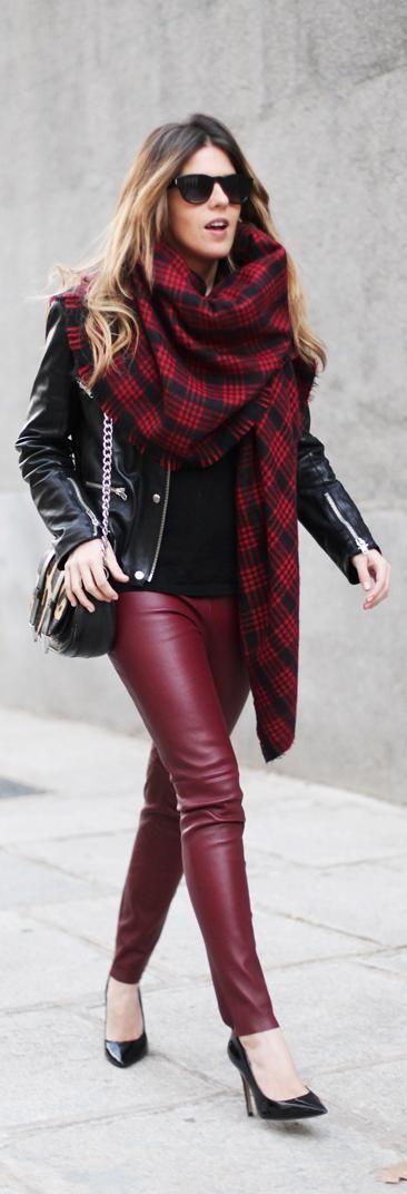 pantalon rojo - burdeos & camiseta - cazadora cuero negro