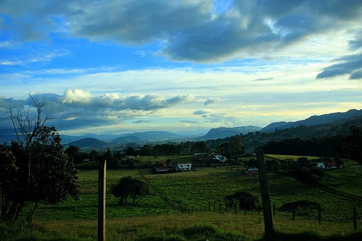 Sabana de Bogotá.  Bogota's savannah.   #cogua #neusa #bogota #colombia #southamerica #latinamerica #travelgram #travelgrafia #landscape #landscaping #landscapephotography #sunset #sunsets #sunsetporn #landscape_lovers #scape #view #perspective #sightseeing #canon #mountains #mountain #savannah #photography #sunset_hub #sky #skyline #skyporn