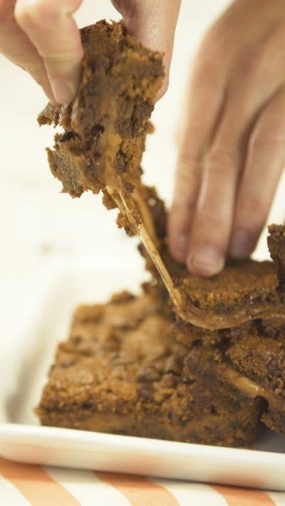 Brownies Rellenos con Caramelo y Chips de Chocolate, acompañados de un delicioso Licuado de Banana