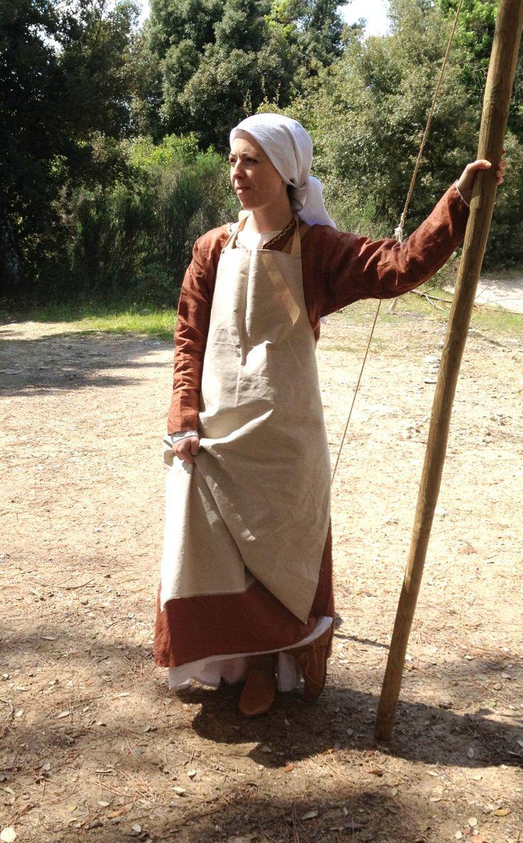 """Abito femminile di donna lavoratrice, metà XIII secolo Marcia in armi 2014 Un gruppo di rievocatori vestiti e armati come da regolamento fiorentino del 1260 ripercorre due tappe della marcia che portò l'esercito allo scontro coi senesi nella battaglia di """"Santa Petronilla"""""""