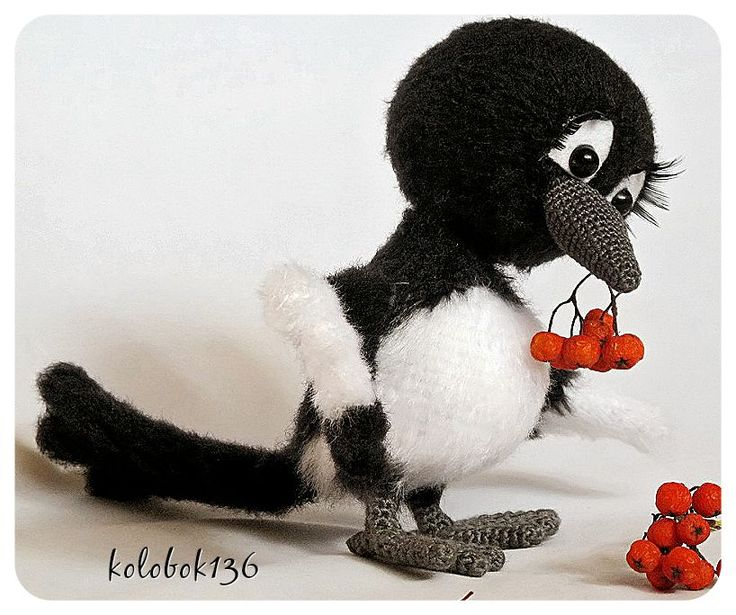 Сорока-белобока. Авторская игрушка, связанная крючком. Описание можно найти на Ярмарке Мастеров - http://www.livemaster.ru/kolobok136. Handmade.