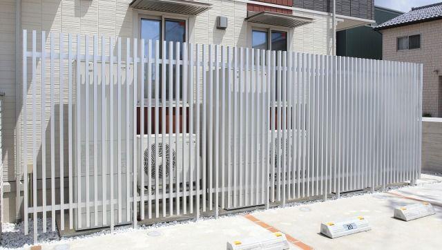 エアコン室外機前に設置する専用の着脱式フェンスがあります フェンス エアコン室外機 意匠