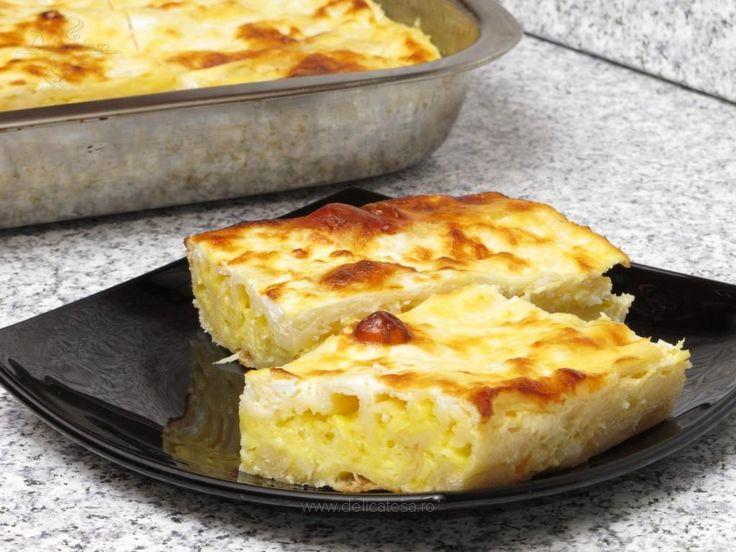 Pentru umplutură: Brânza telemea se dă prin răzătoarea mare şi se amestecă cu ouăle. Foile: Făina se amestecă cu apa, oul, oţetul, uleiul şi sarea. Se frământă până se obţine un aluat care să nu se lipească. Aluatul se lasă să se odihnească timp de 20 de minute, apoi se…