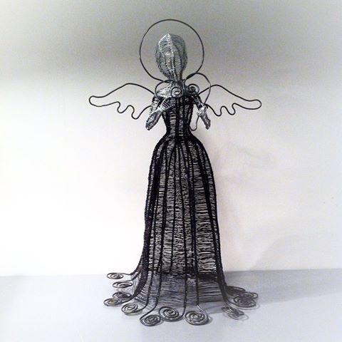 Ängel 40 cm hög, bara ståltråd, luffarslöjd.#angel #ängel #ståltråd #trådkonst #hantverk #vaivotsluffarslojdochtradkonst #byvaivot #inredningsdetalj #julpynt #jul