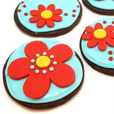 red and blue flowery chocolate cookie thingys: Cookierecip Sweetlif, Cookies Decor, Chocolates Cookies, Cookies Cookierecip, Cookies Thingi, Blue Floweri, Cookies Recipes, Floweri Chocolates, Flowers Cookies