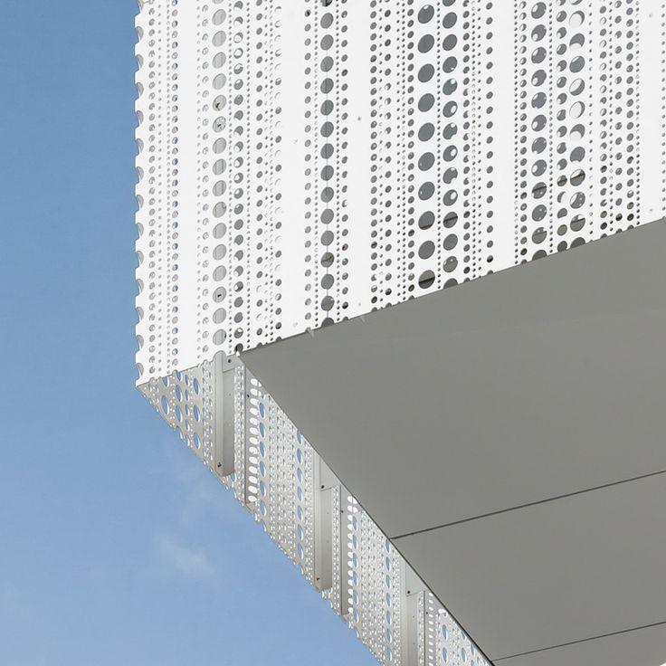 Perforerad, vitlackerad aluminium. Skandionkliniken och hotel von Kraemer i Uppsala. Arkitekt: LINK Arkitektur