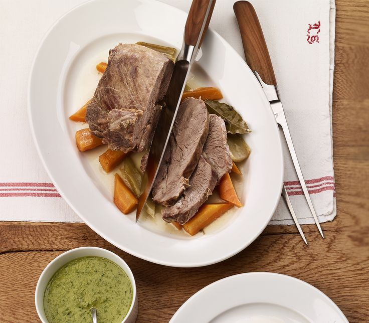 Siedfleisch wird erst durch langes Kochen schön weich und zusammen mit der Kräutersauce zu einem Gaumenschmaus auf dem Teller.