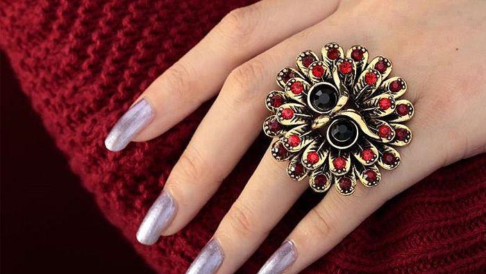 Το δαχτυλίδι και η σημασία του  Τα δαχτυλίδια είναι σύμβολα, που από μόνα τους έχουν ιδιαίτερη σημασία και δύναμη.  Όταν φοράμε ένα δαχτυλίδι, μπορούμε να πούμε ότι είναι ένας συμβολισμός.  Φορώντας το, δίνουμε συχνά μηνύματα προς κάποιον. Έτσι λοιπόν, όταν κοιτάζουμε τα χέρια μας για να τοποθετήσουμε το δαχτυλίδι, καλά θα ήταν να γνωρίζουμε το εξής: ότι κάθε χέρι και δάχτυλο έχει διαφορετική σημασία. http://blog.lovetale.gr/archives/1899