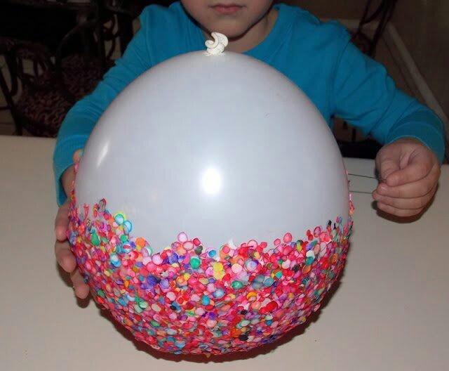 3. Confetti schaal (5 foto's)  Maak een vrolijke schaal van confetti. Dit hebt je nodig: - een ballon - confetti - sponsje of kwast - hobby lijm - en een vaas of glas. zo maak je het: Blaas de ballon op en zet hem op het glas of de vaas. Plak de confetti er op en laat het geheel goed drogen. Als het droog is prik je de ballon door en knip Je evt. de rand recht.