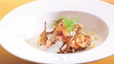 Gepocheerd hoeve-ei met handgepelde grijze garnalen, schuim van aardappel, wintertruffel en olie van garnaal