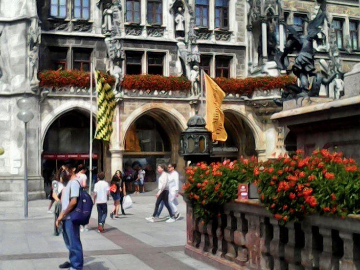 """A las tres de la tarde del lunes 10 de julio de 2017, akahige-nide liberó en la base de Mariensâule, en Marienplatz, frente al viejo Ayuntamiento de la ciudad de Munich, Alemania, """"El hacedor"""" de Jorge Luis Borges."""