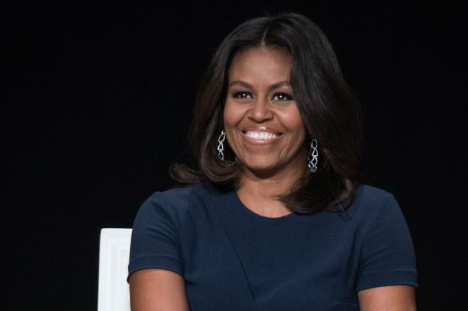 Michelle Obama surge com cabelos naturais e recebe mar de elogios