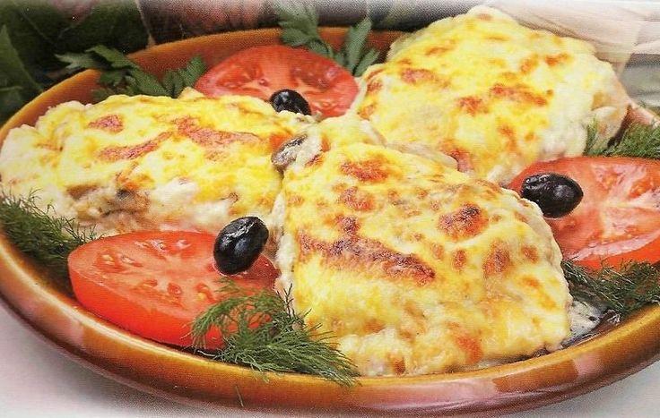 100 g tohto chutného jedla má len 105 kalórií. To znamená, že tradičné sviatočné jedlo sa zmenilo na diétne. Čo je veľmi dôležité spomenúť, budeme variť bez majonézy. Nezabudnite na triky, ktoré sa dnes naučíte a pomôžu pripraviť veľmi chutné jedlo. Ako pripraviť mäso po francúzsky? ingrediencie: 2 kuracie prsia 2 paradajky 2 cibule 1 vajce 100 g tvrdého syra