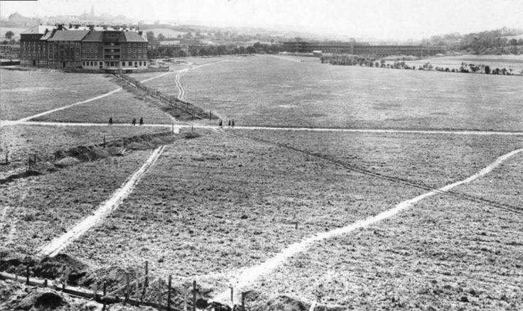 Pohled na ještě nezastavěnou oblast v okolí Vítězného náměstí v Dejvicích v roce 1927. Vlevo je již vidět vytyčená plocha náměstí a první do...