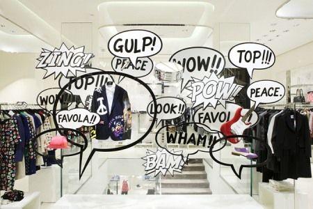 La vetrina della boutique Moschino di Via della Spiga n. 30 a Milano