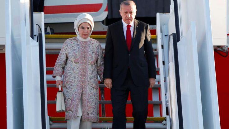 Der türkische Präsident Recep Tayyip Erdogan mit seiner Frau Emine bei ihrer abendlichen Ankunft in Hamburg