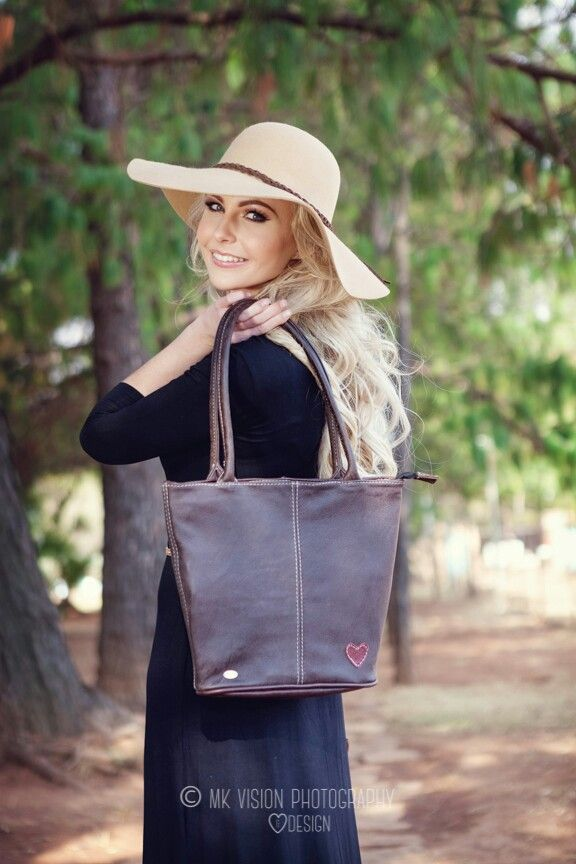 Full leather Bag. A must have! Nelly Bags