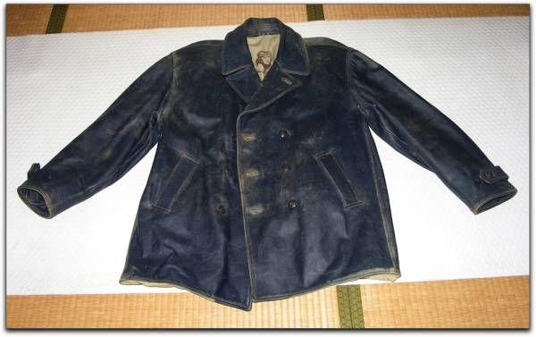 厚手の牛革を使ったフライトPコートです、アメリカ製ではなくイタリア製、マカロニウエスタンではなくマカロニネイビー(海軍の飛行機乗り)というところでしょうか?。  革の掠れ具合が絶妙なビンテージ感を醸し出しています。元々ビンテージ品で仕入れたのですが20年近くの歳月をかけよりいっそうのビンテージ感に磨きをかけました。  着用時にはズッシリとした重みを感じます、サイズは大きめです。身長175cm以上、体重85kg以上のがっしりとした体型の方におすすめです。日本サイズで通常XLサイズを着ている方に合うサイズです。  注)厚手牛革の特質として使えば使うほどに味わいが生まれ価値が上がります。  素材:   牛革。裏地付き(綿100%)  色:    濃紺(ダークネイビー)  状態:   綻びや破れ無し、多少の目立たない傷あり。      革は色がかすれ使い古し感が出ていい感じです。  製造国:  イタリア  重量:  2.24kg  平面床置き採寸 肩幅-約58cm、袖丈-約64cm、身幅-約63cm,身丈-約90cm