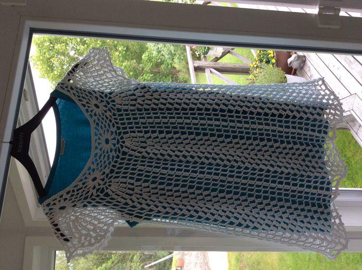 Virkad klänning i Tilda, mönster från Järbo. Fick virka ett par varv extra eftersom den blev kortare än vad det ser ut som på mönstret. Troligen pga annat garn än i mönstret. http://media.jarbo.se/patterns/pdf/91323_low.pdf