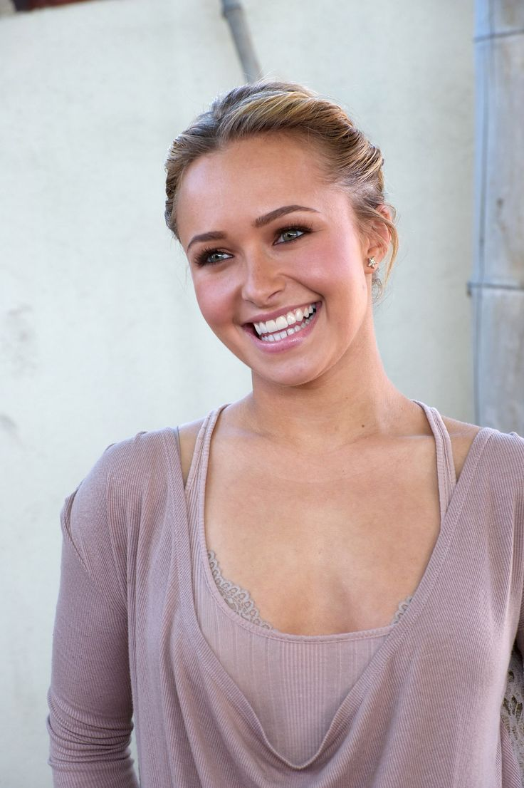 Hayden Panettiere | fresh face makeup | rosy | healthy glow | bright smile | soft plum