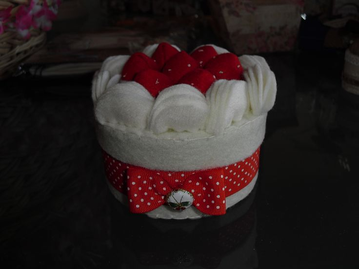 scatolina ovale con fragole e panna