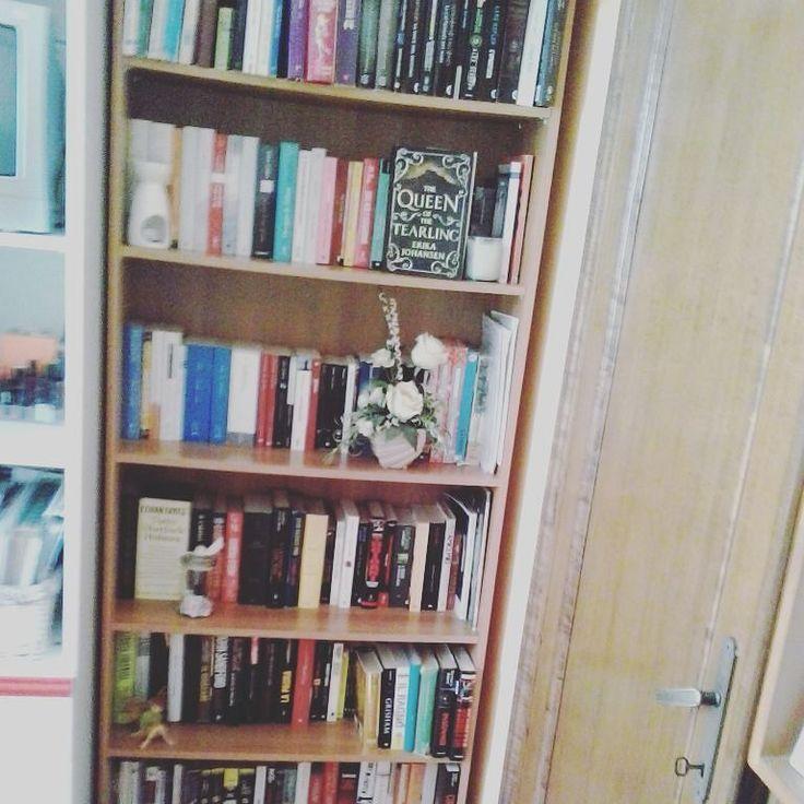 """Giorno 5  La vostra libreria #challengebookfebruary  Ecco qui la nostra libreria! Come vedete abbiamo iniziato a mettere i libri anche davanti! Oltre a questa libreria """"grande"""" abbiamo anche altri scaffali sparsi per la camera ma spazio per nuovi libri si trova sempre!! #libri #libro #leggere #bookstagram #instalibro #instabook #book #bookstagram #booklover #bookworm #bookaholic #lettura #libreria #bookshelf #book #books #library #mylibrary #challenge #instalike #insta #instagood #amoleggere…"""