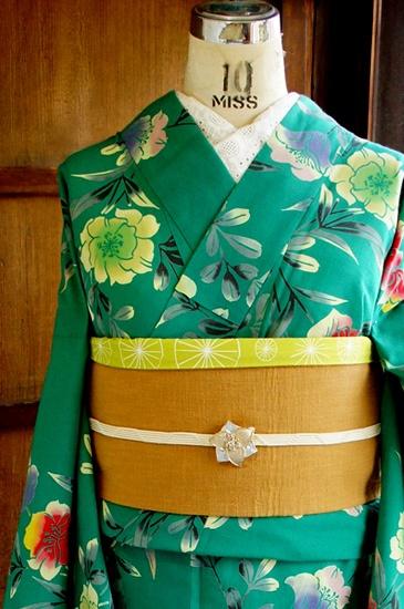 深みのある緑に、暈しも美しい澄んだカラーで染め出されたアザレアのような花枝模様がロマンチックな注染レトロ浴衣です。