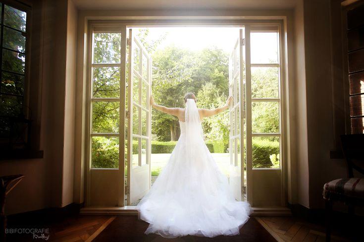Een lange sleep en een lange sluier...sprookjesachtig..#trouwjurk #bruidsjurk #weddingdress #bruidsmode