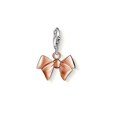"THOMAS SABO Charm pendant ""Bow"" with lobster clasp made from 925 Sterling silver; 18K rosé gold plated. You just can't go wrong with this! A delicate bow in rose gold plating is simply cute and elegant at the same time. For all romantic Charm Club fans! Size: 1.3 cm"