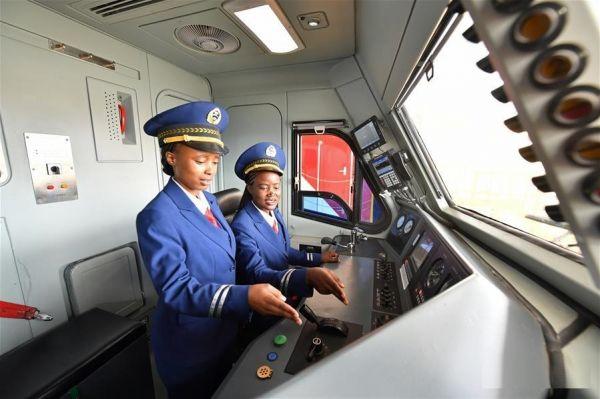 Primeras mujeres conductoras de tren en Kenia. Visite nuestra página y sea parte de nuestra conversación: http://www.namnewsnetwork.org/v3/spanish/index.php #nnn #bernama #malasia #malaysia #africa #noticias #kenya #kenia #noticias #news #nairobi #train #tren #actualidad #kenianas