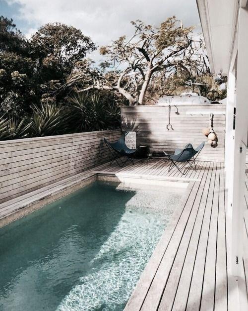 Zwembad met houten terras